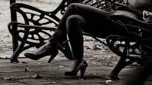 Qué significado tiene cruzar las piernas en el lenguaje corporal