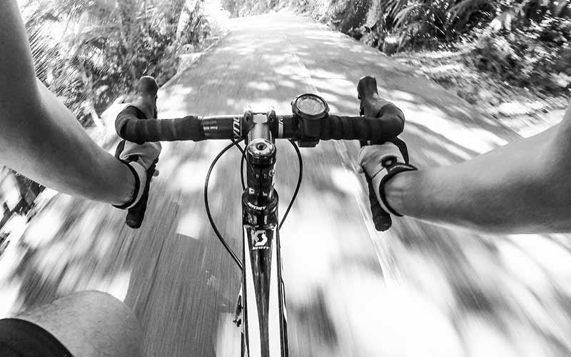 Montar en bici para entrenar la resistencia aeróbica. Fíjese en el pulsómetro adaptado en el manillar.