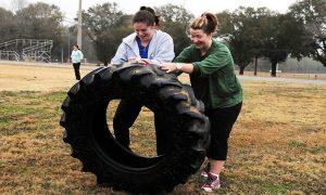 Entrenando la fuerza con una rueda de tractor